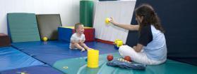 Una profesional de atención temprana apoya a un niño con discapacidad