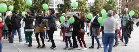 grupo de personas con globos verdes