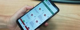 mano con móvil con la app de empleo público