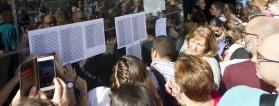 Personas con discapacidad viendo listados en el examen de oposiciones