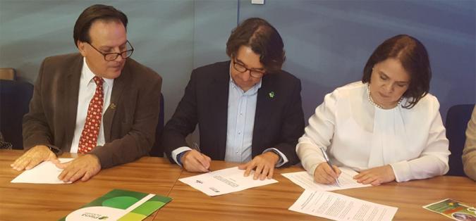 Una imagen del momento de la firma
