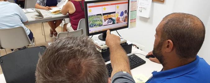 Dos personas ven Mefacilyta en un ordenador