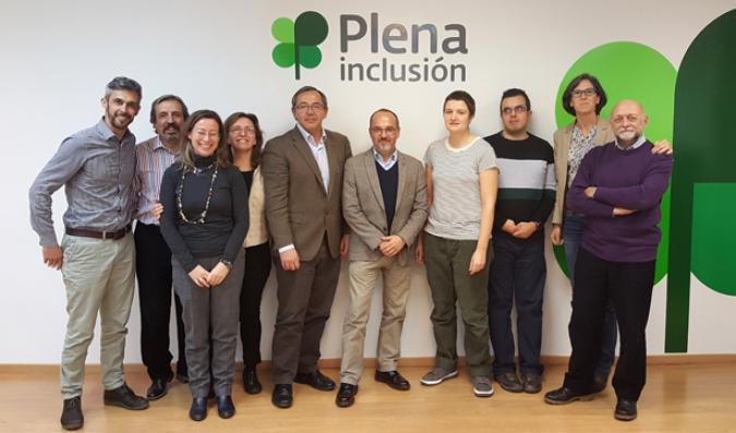 Carles Campuzano con los técnicos de Plena inclusión