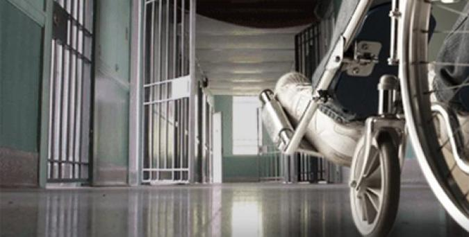 Un preso en silla de ruedas
