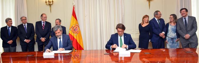 Carlos Lesmes y Santiago López firmando el acuerdo