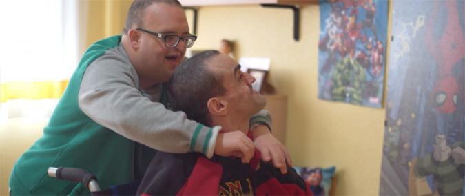 Dos amigos con discapacidad intelectual