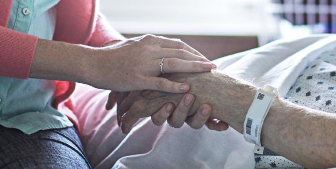 Manos de dos personas en un hospital