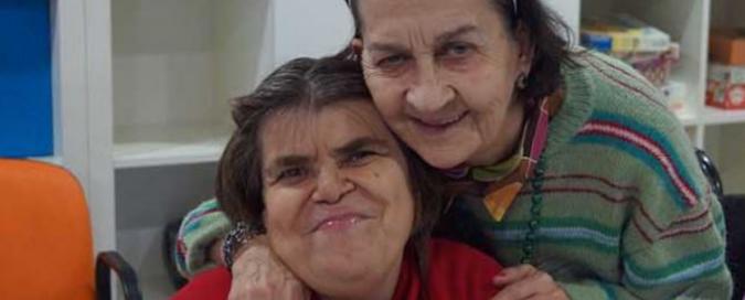 dos mujeres mayores, una abraza a la otra