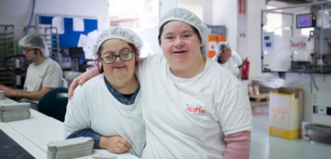 Dos trabajadoras con discapacidad intelectual en su puesto
