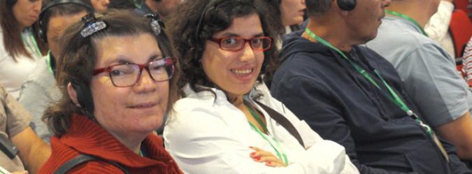 Foto de dos mujeres mirando