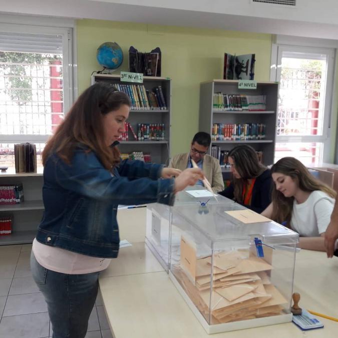 Persona votando el 28A en Melilla