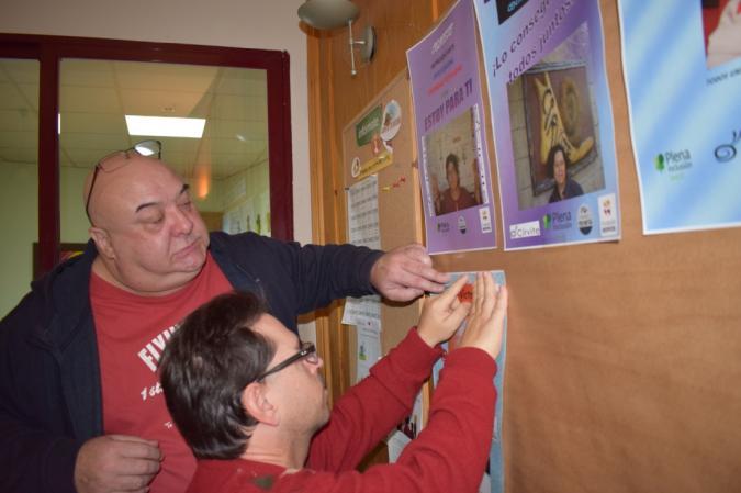 Foto de Francisco con una persona con Discapacidad