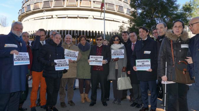 Representantes de las ONG convocantes frente al Tribunal