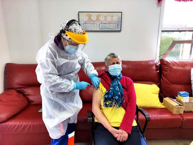 Residente de un centro de PLACEAT en el instante de su vacunación