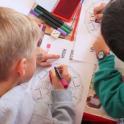Dos niños en clase
