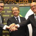 De izda. a dcha.: Eugenio Solla, Enrique Galván y David Menéndez tras la firma del acuerdo