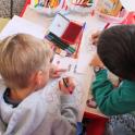 Dos niños comparten mesa en un aula