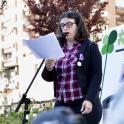 Imagen de una mujer con discapacidad en un acto de calle de Plena inclusión